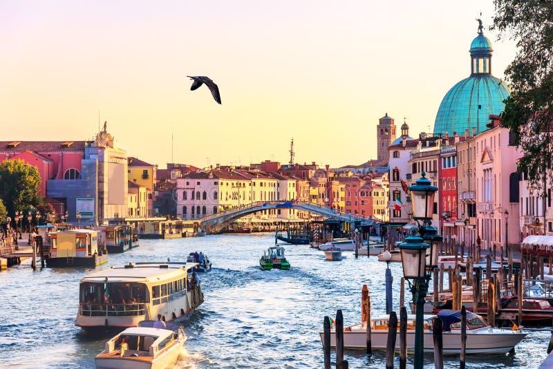 Scalzi bro och Grand Canal med vaporettoen, gondoler, fartyg arkivfoto