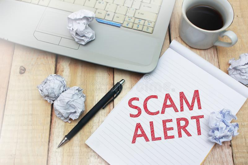 Scam-Alarm, Concept van de Woordencitaten van Internet het Frauduleuze stock foto's