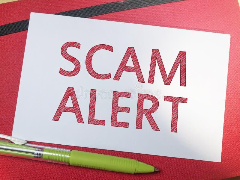 Scam-Alarm, Internet-betrügerisches Wort-Zitat-Konzept lizenzfreie stockfotos