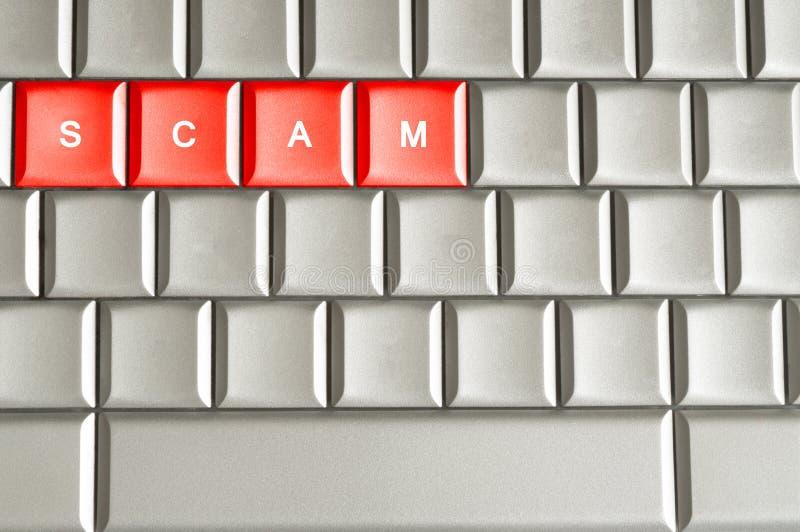 Scam-woord op een metaaltoetsenbord wordt gespeld dat stock foto
