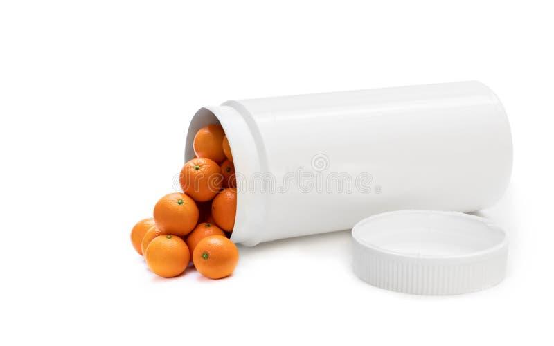 Scambi le vostre pillole all'arance fresche Il concetto della natura ha fatto il supplemento della vitamina dai frutti naturali immagini stock libere da diritti