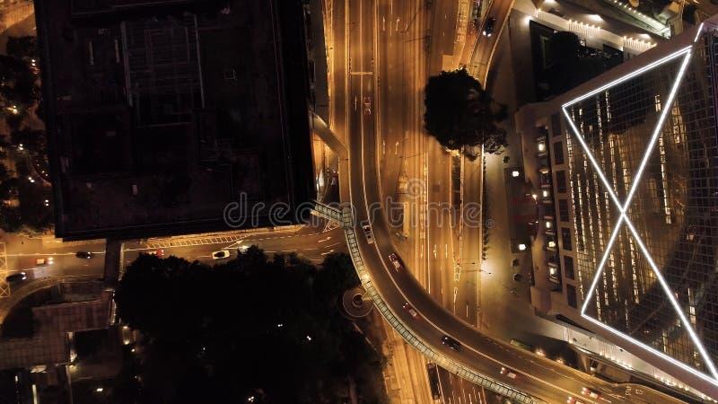 Scambio di vista superiore di una città alla notte azione Infrastruttura importante in città Vista superiore del traffico alla no fotografia stock libera da diritti