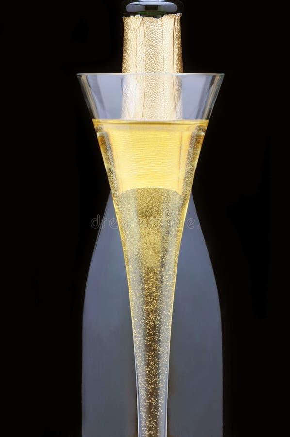 Scanalatura di Champagne davanti alla bottiglia fotografia stock libera da diritti