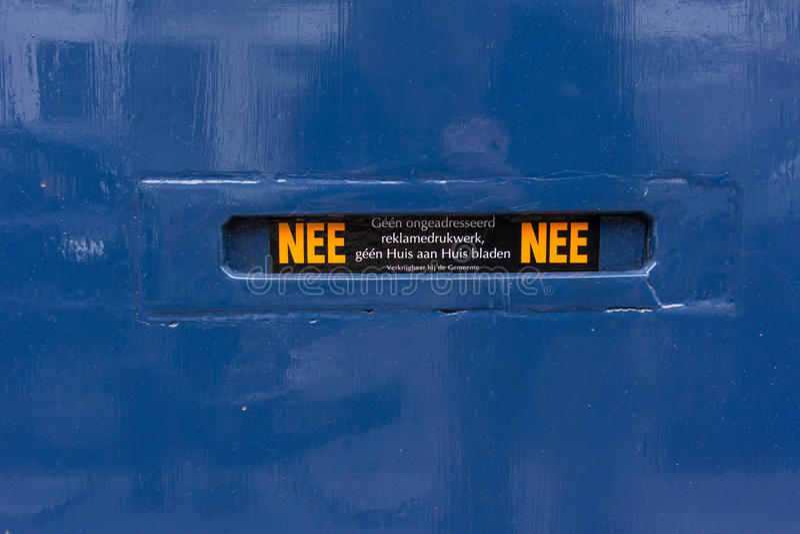 Scanalatura di posta sulla porta blu nei Paesi Bassi immagini stock libere da diritti
