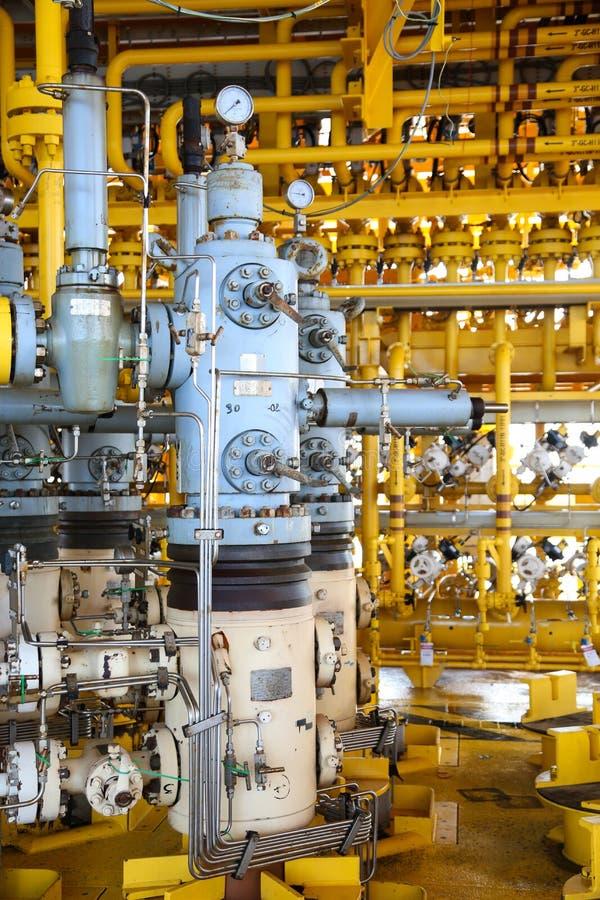 Scanalatura di produzione del gas e del petrolio sulla piattaforma, sul controllo capo del pozzo su olio e sull'industria dell'im fotografia stock libera da diritti