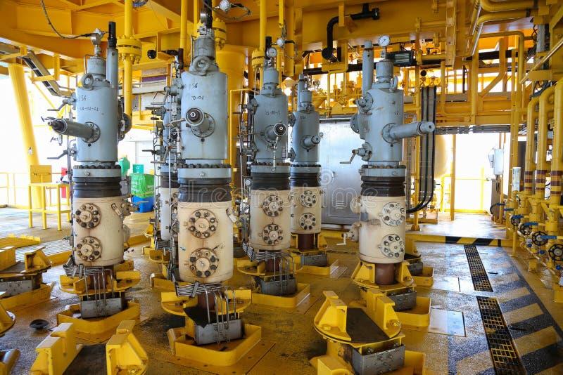 Scanalatura di produzione del gas e del petrolio sulla piattaforma, sul controllo capo del pozzo su olio e sull'industria dell'im fotografie stock libere da diritti