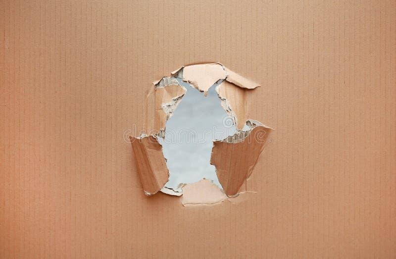 Scanalatura lacerata in cartone marrone fotografia stock