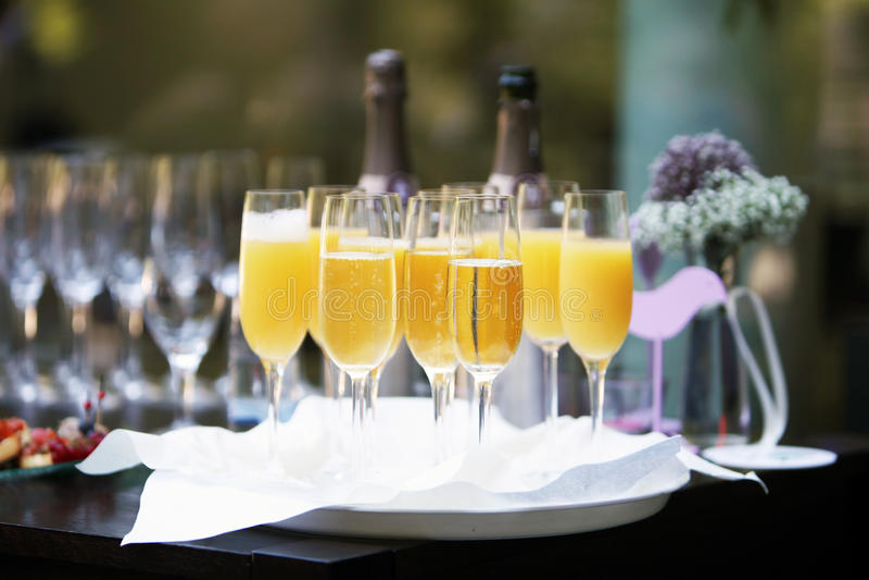 Scanalature di champagne e del succo di arancia fotografie stock