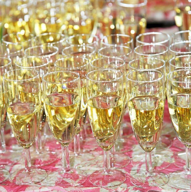 Scanalature di champagne piene su una tabella fotografie stock