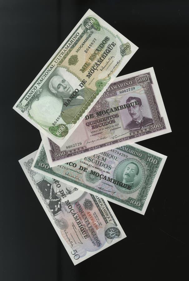 Scanarray quatro cédulas de 50.100, 500 e 1000 escudos de banco central de Moçambique fotografia de stock