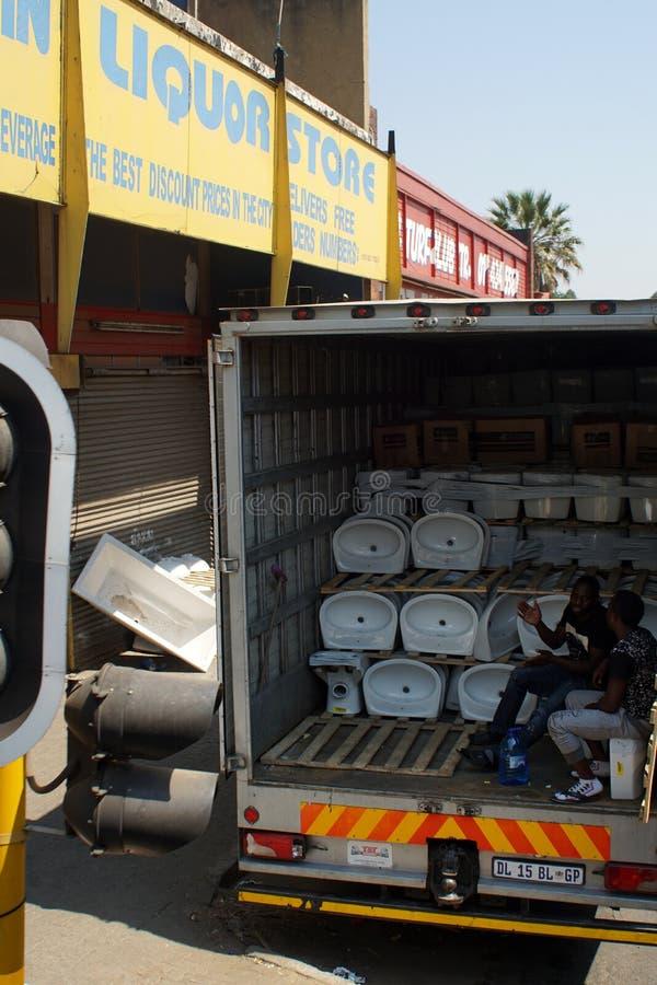 Scandagliare i rifornimenti in un camion a Johannesburg fotografia stock