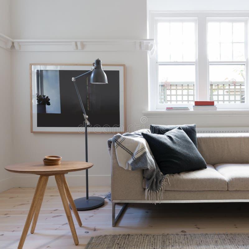 Scandi diseñó la sala de estar en el apartamento del australiano del art déco foto de archivo