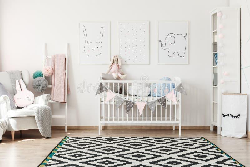 Scandi-Kind-` s Raum mit Bett stockbild