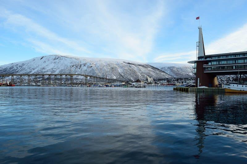 Scandic旅馆在有庄严多雪的山的tromsoe城市 库存照片