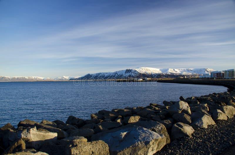 Scandinawa krajobraz Kamienny bulwar Reykjavik przeciw tłu halni szczyty zakrywający z śniegiem zdjęcie royalty free