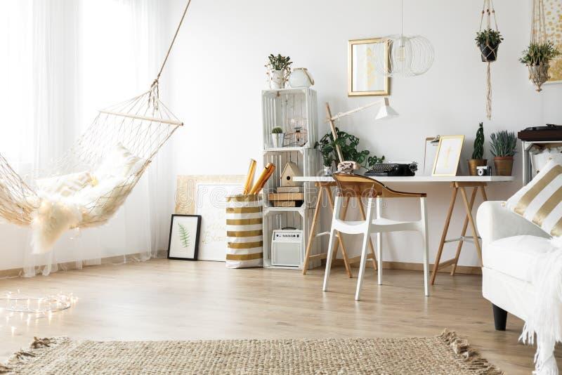 Scandiruimte met uitstekend meubilair stock afbeeldingen