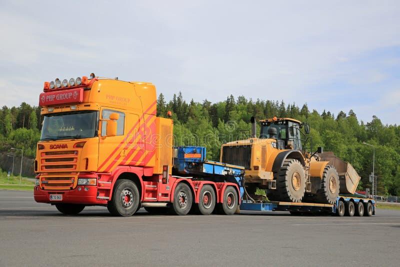 Scania G580 Przygotowywający Ciągnąć Wielkiego koło ładowacza fotografia stock