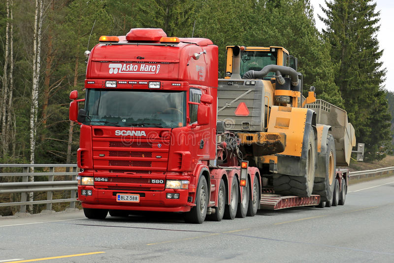 Scania 164G vervoerden Zware Volvo-Wiellader stock fotografie