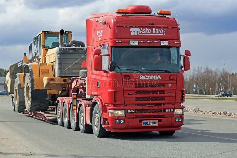 Scania 164G vervoerden Zware Volvo-Wiellader stock foto