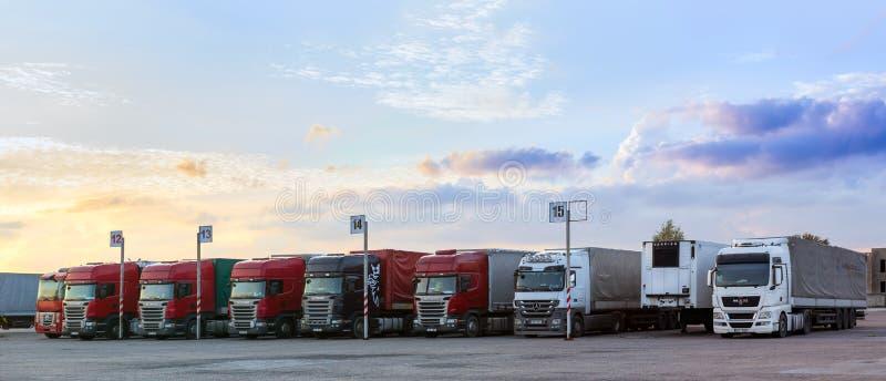 Scania, HOMBRE y camiones de Mercedes Heavy con los remolques imagen de archivo libre de regalías