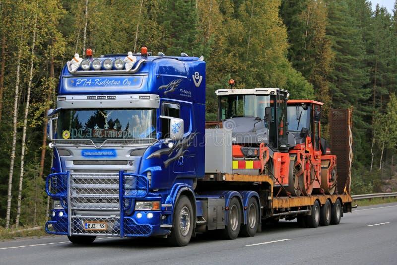 Scania modificado para requisitos particulares semi transporta el equipo de las obras por carretera fotos de archivo libres de regalías