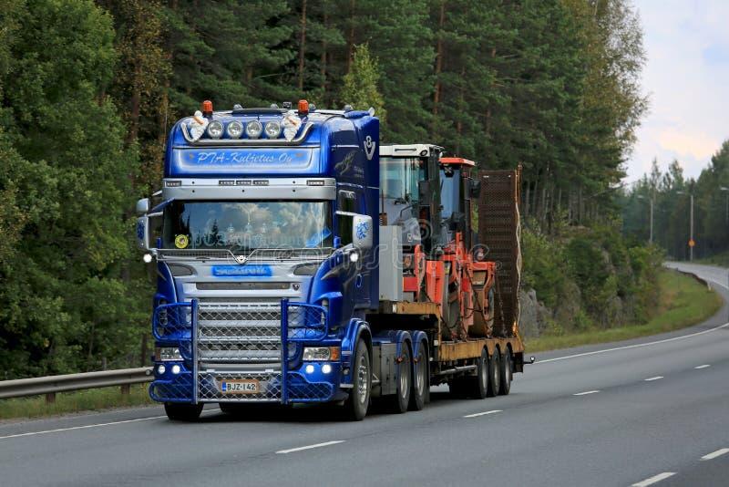 Scania modificado para requisitos particulares V8 semi acarrea la maquinaria de las obras por carretera imagenes de archivo