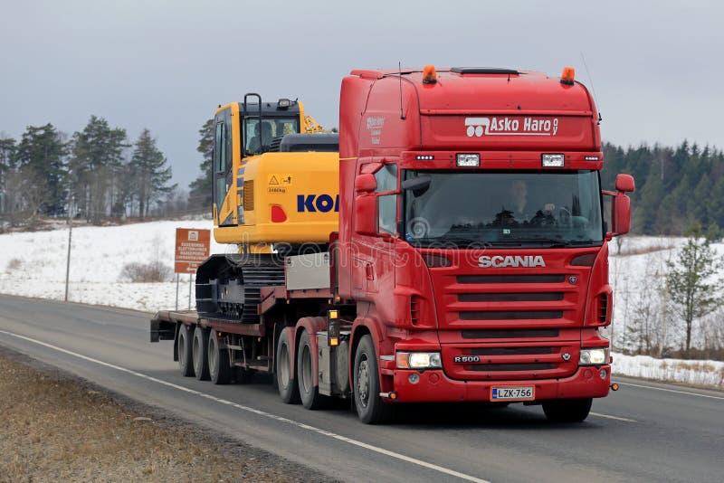 Scania R500 acarrea el excavador hidráulico de KOMATSU imagenes de archivo