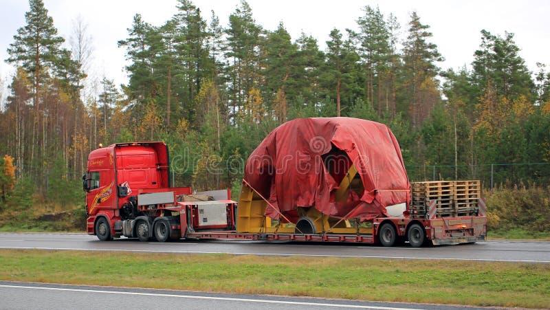 Scania R730 Ciągnie Przemysłowego przedmiot jak Anormalny transport zdjęcia royalty free