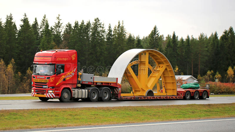 Scania R730 Ciągnie Przemysłowego przedmiot jak Wyjątkowy ładunek zdjęcia stock