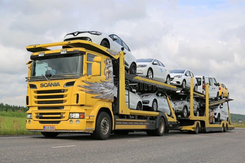Scania R500 Samochodowego przewoźnika pojazdów Nowy transport obrazy royalty free