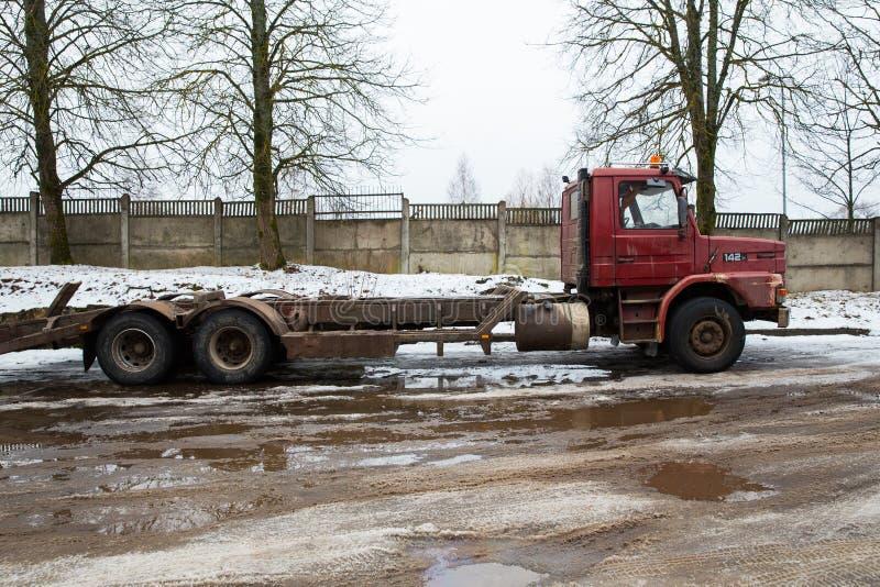 Scania rojo retro 142 en la calle Invierno y nieve Foto urbana 2018 del viaje imagenes de archivo