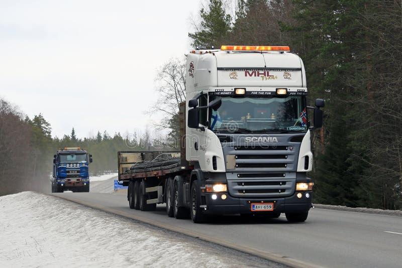 Scania semi transporta el Rebar foto de archivo