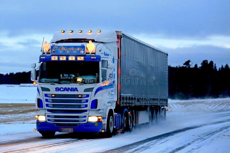 Scania superbe semi sur la route de Milou au coucher du soleil photo libre de droits