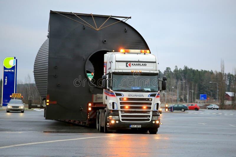 Scania V8 ciężarówka Ciągnie Szerokiego ładunek fotografia stock