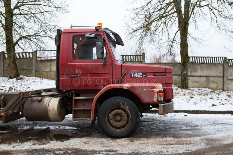 Scania vermelho retro 142 na rua Inverno e neve Foto urbana 2018 do curso foto de stock