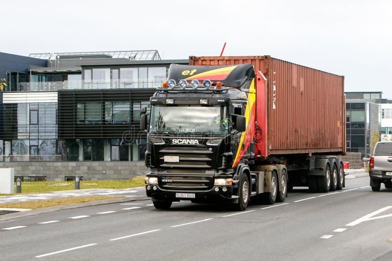 Scania-vrachtwagen die een container vervoeren stock foto's