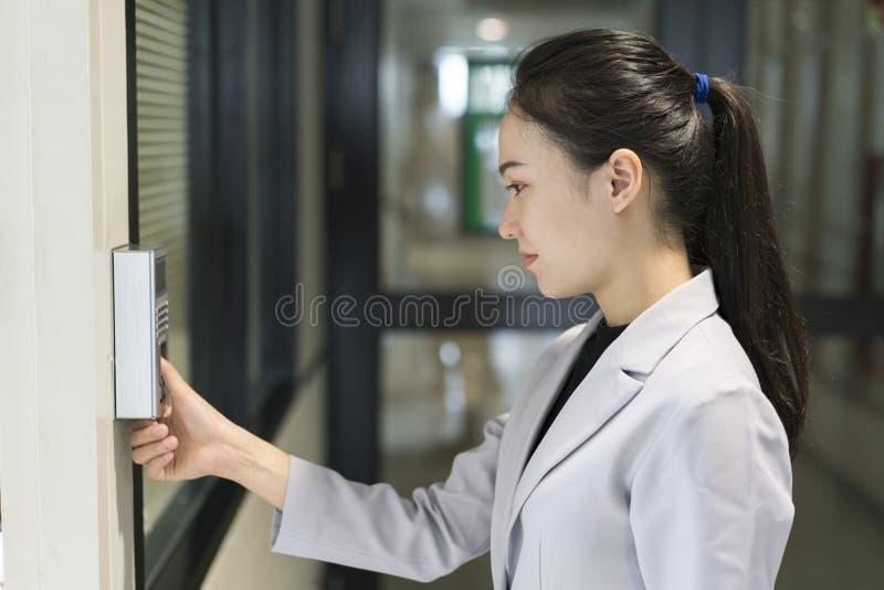 Scaning Fingerabdruck der Frau für tragen Sicherheitssystem ein stockbild