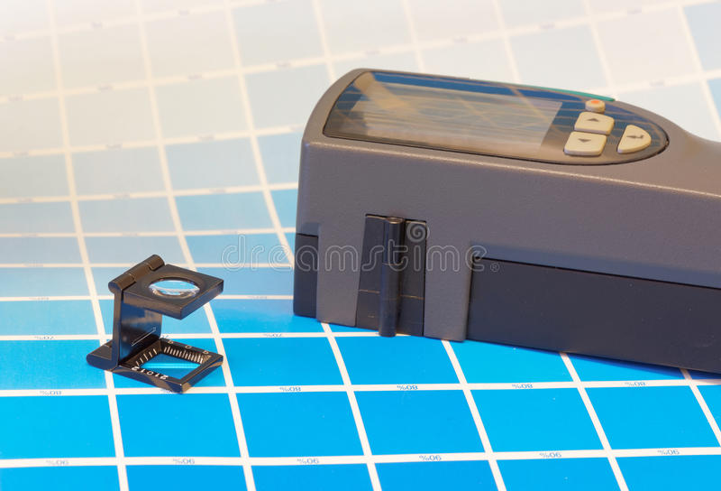 Scannenschwärzungsmesser und ein magnifyer auf einem Blatt des Test prin lizenzfreies stockfoto
