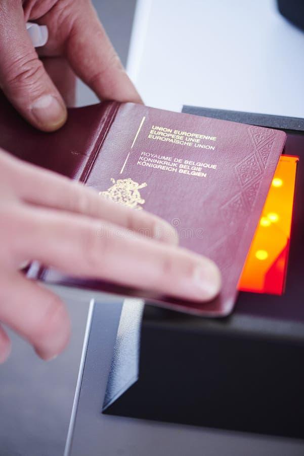 Scanner de sécurité de passeport photographie stock