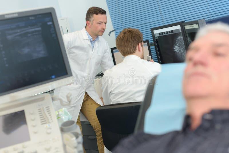Scanner der computergesteuerten axialen Tomographie im Krankenhaus mit Patienten und Doktor stockfotografie