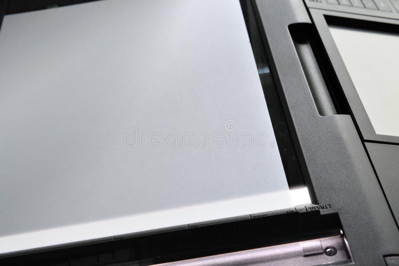 Scannerdocument a4 van het het kopieerapparaatexemplaar van het bladaftasten van het het bureauwerk het bureaufax stock afbeelding
