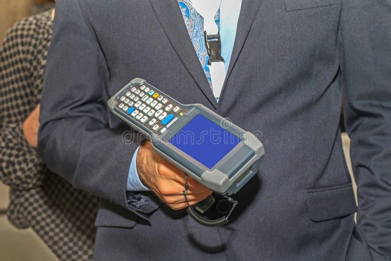 Scanneur de codes à barres de l'homme photos stock