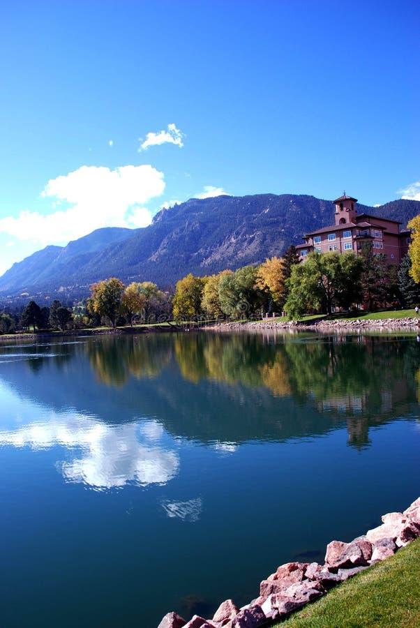 scape горы озера мирное все еще мочит стоковые изображения