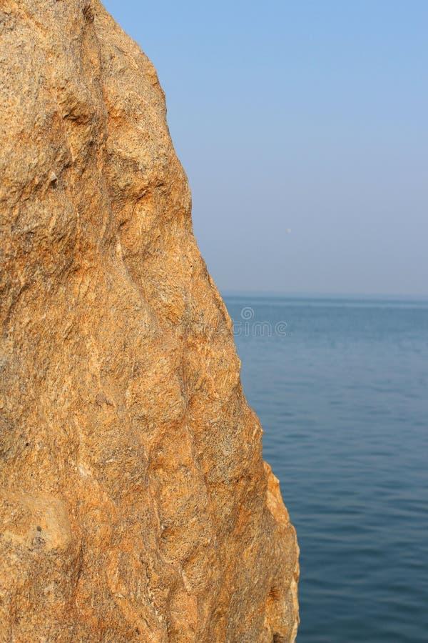 Scape утеса, неба и моря стоковое изображение rf