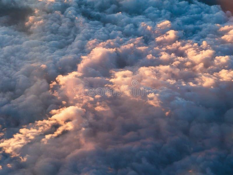 Scape bonito das nuvens da janela do avi?o no por do sol foto de stock royalty free