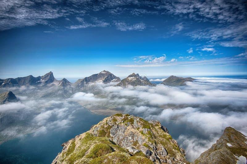 Scape brumeux de montagne photographie stock
