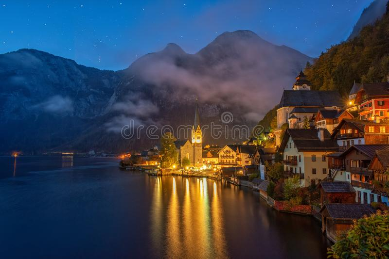 Scape cênico da noite da aldeia da montanha famosa de Hallstatt nos cumes no amanhecer, Áustria fotografia de stock royalty free