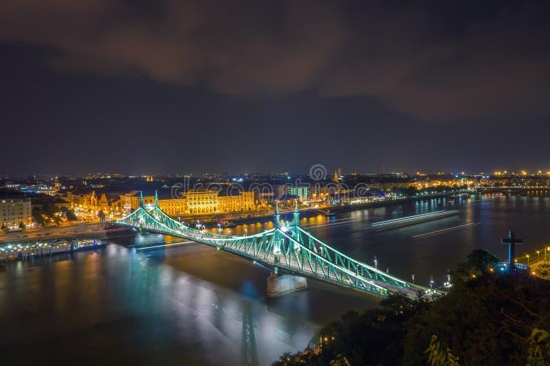 Scape cênico da noite da ponte de Budapest Danube River e de liberdade no luminoso fotos de stock royalty free