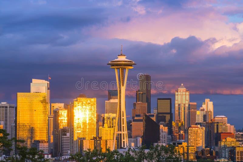 Scape colorido con nublado en la puesta del sol, Seattle, Washin de la ciudad de Seattle foto de archivo