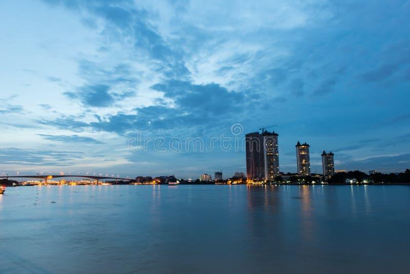 Scape da cidade de Banguecoque, tomado no crepúsculo imagens de stock royalty free